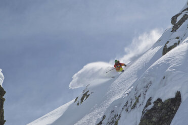 Austria, Tyrol, Mature man skiing in slope - FF001357