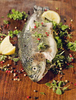 Trout stuffed with herbs on wood - CH000054
