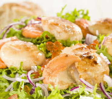 Scallop salad with caviar and bread on plate - CHF000051