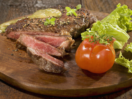 Grilled rib eye steak with herb sauce on wood - CHF000028