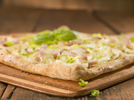 Classic tarte with onions ham and leek on wood - CH000036