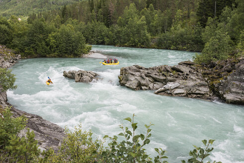Norway, People rafting on River Jostedalselva - HWO000006