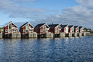 Norway, Fisherman huts at harbor - HWO000026