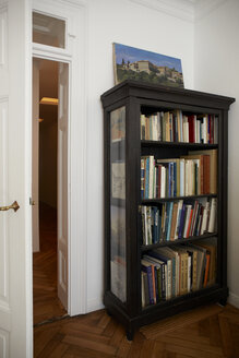 Germany, Interior of house with bookshelf - TK000131