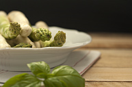 Plate of asparagus with herbs on napkin, close up - OD000009