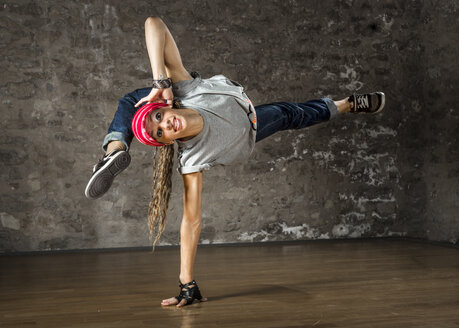 Woman performing hip hop style - STSF000025