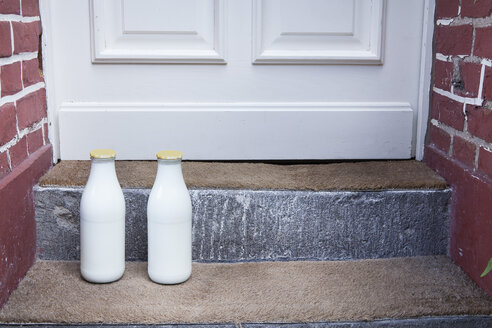 Milk bottle on doorstep - FMKYF000289
