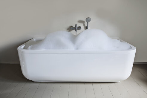 Bathtub filled with soapsuds in bathroom - FMKYF000315