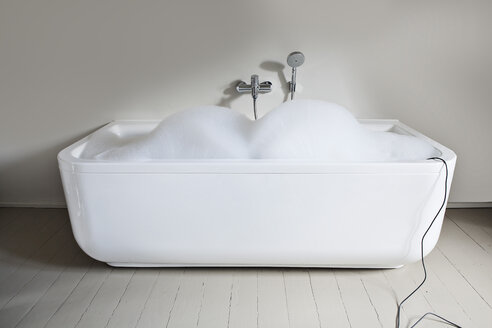 Bathtub filled with soapsuds in bathroom - FMKYF000292