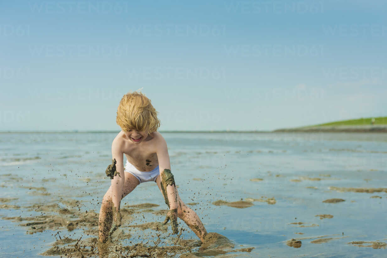 Germany, Schleswig Holstein, Boy playing in mud at beach - MJF000222 - Jana Mänz/Westend61