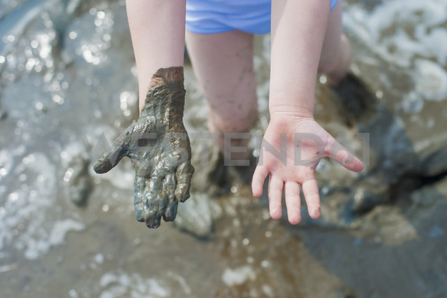 Germany, Schleswig Holstein, Boy playing in mud at beach - MJF000216 - Jana Mänz/Westend61