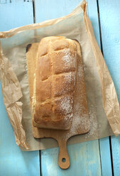 Milk bread on chopping board, close up - OD000092