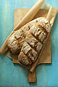 Rye breads on chopping board, close up - OD000138