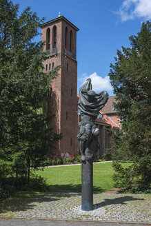 Germany, Schleswig Holstein, Kiel, Bronze statue and Monastery Tower - HWO000064