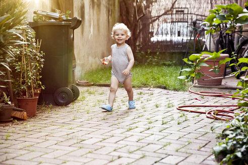 Germany, Bonn, Baby boy walking in backyard - MFF000535