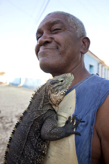 Cuba, Man holding big iguana, close up - PC000012
