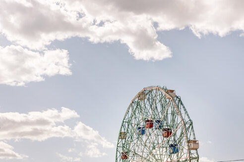 USA, New York, View of Big wheel against sky at Coney Island - SK001439