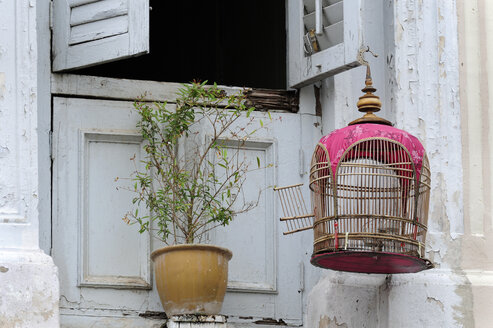 Asia, Singapore, Singapore, Little India, birdcage in front of a window in the Indian district - MIZ000430