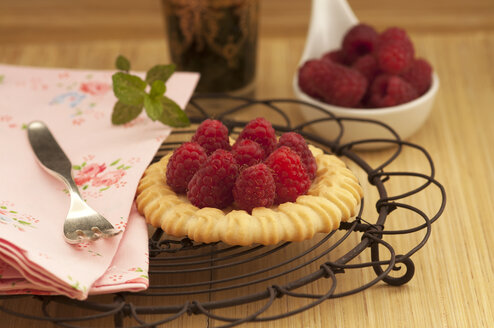 Fruit tartlet with raspberries on wooden table, close up - OD000200