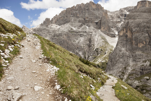 Italy, South Tyrol, Dolomites, Alta Pusteria, Mountainscape with trekking path - SKF001451