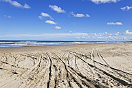 New Zealand, View of tyre track at Ninety Mile Beach - GW002308