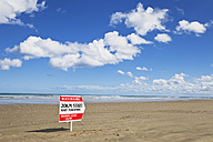 New Zealand, View of sign board at Ninety Mile Beach - GW002311