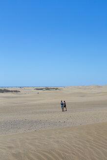 Spain, Las Palmas, People walking through Dunes of Maspalomas - MAB000134