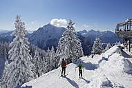 Germany, Bavaria, People skiing at Tegelberg Mountain - SIE004142