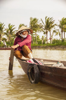 Vietnam,Hoi An, Old vietnamese lady on rowing boat - MBE000606