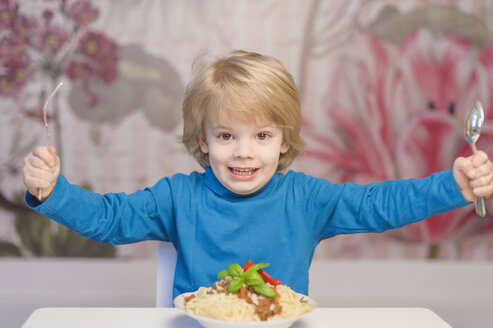 Germany, Saxony, Portrait of boy eating spaghetti - MJF000295