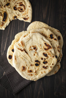 Flat breads on wooden table, close up - ECF000289