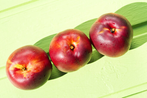 Nectarines on table, close up - MAEF007066