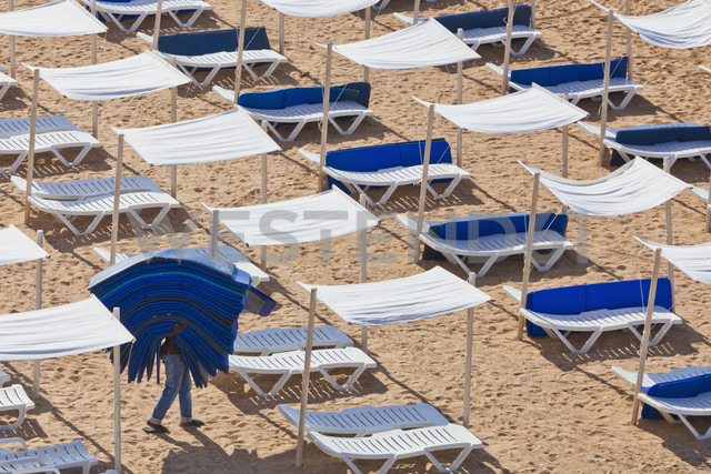 Portugal, Albufeira, Preparing beach loungers in morning - WD001759 - Werner Dieterich/Westend61