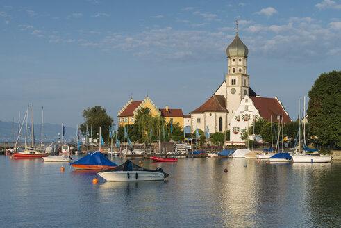 Germany, Bavaria, Wasserburg, View of St Georg church at harbour - ELF000375