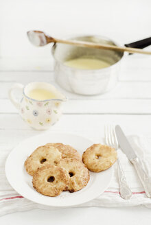 Apple fritters with custard on wooden table, close up - CZF000024
