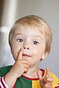 Germany, Kiel, child explains something, portrait - JFEF000187