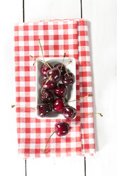 Cherries in plate, close up - MAEF007192