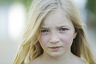 Germany, North Rhine Westphalia, Cologne, Portrait of girl, close up - JATF000241