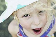 Germany, North Rhine Westphalia, Cologne, Portrait of girl with cap, close up - JATF000234