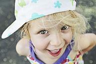 Germany, North Rhine Westphalia, Cologne, Portrait of girl with cap, close up - JATF000245