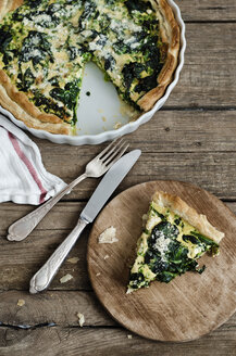 Spinach and pea quiche on wooden table - CZF000033