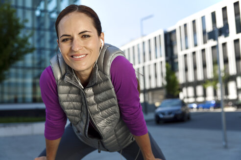 Smiling athletic woman outdoors - SU000003