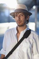 Germany, Bavaria, Landsberg, Portrait of mid adult man with shoulder bag - DSCF000096