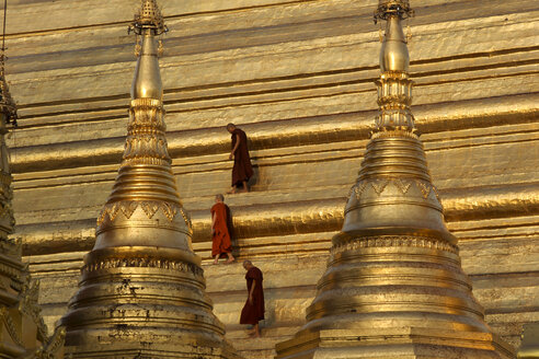 Myanmar, Yangon, People walking at shwedagon Pagoda - SJ000050