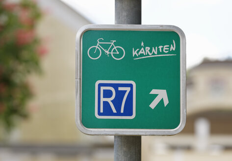 Austria, Carinthia, Bicycle route sign, close up - SIE004276