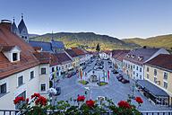 Austria, Carinthia, Cars parked at Hauptplatz square - SIEF004287