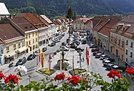 Austria, Carinthia, Cars parked at Hauptplatz square - SIEF004294
