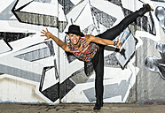 Female hip hop dancer dancing in front of airbrushed wall - STS000099