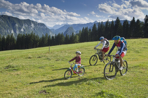 Germany, Bavaria, Family biking in Chiemgau - FF001374