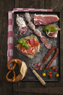 Assorted cold cuts platter with cocktail tomatoes, a pretzel, fresh basil, chorizo, salami, prosciutto - EC000304